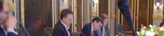 Minister Verhagen Twittert op de iPhone
