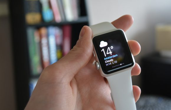 Foto: winnaar Apple Watch neemt zijn prijs in ontvangst