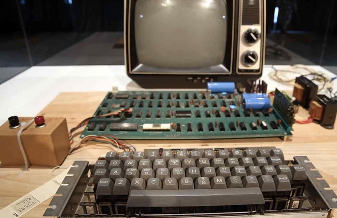 Vrouw zet Apple I-computer ter waarde van 200.000 dollar bij grofvuil