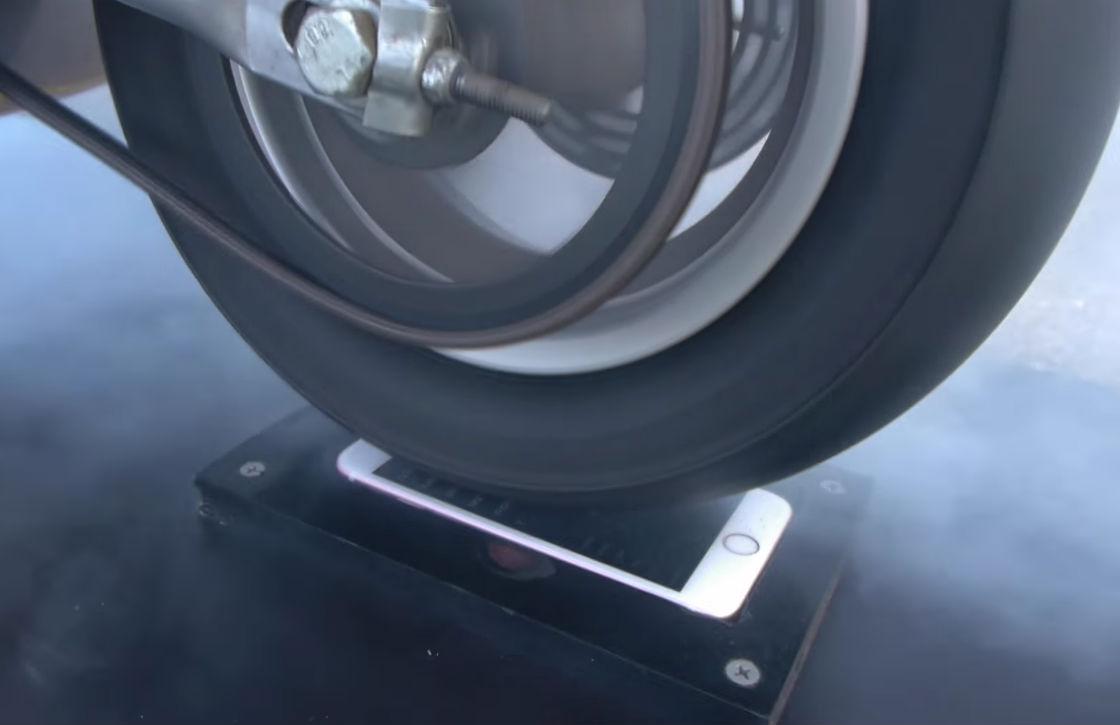 Hit op YouTube: iPhone 6S vs Ducati-motor