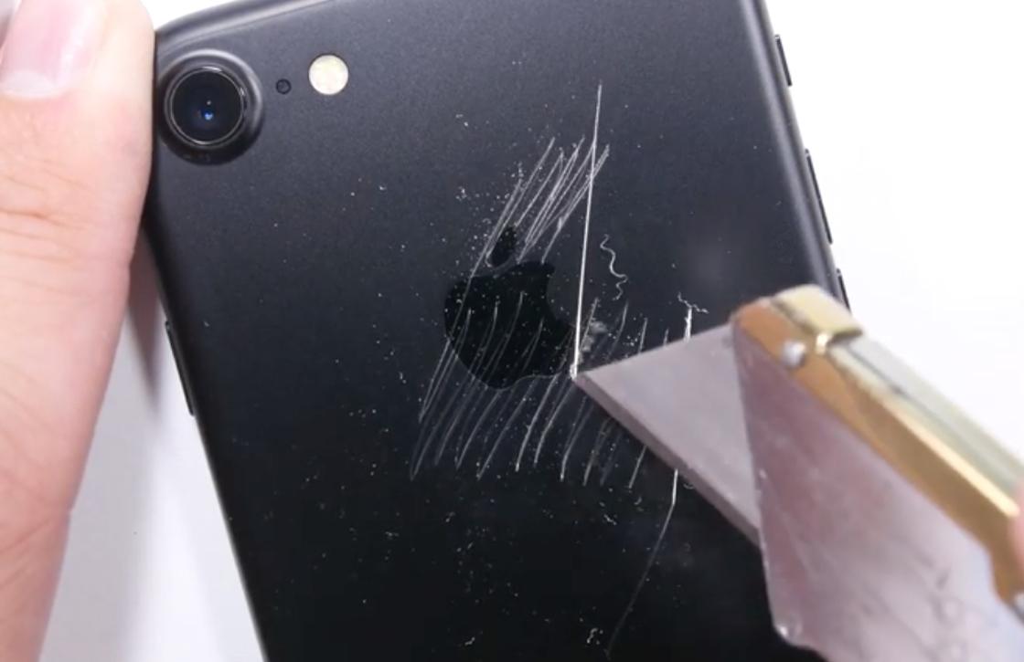 Video: Zo goed is de iPhone 7 bestand tegen krassen, vuur en buigen