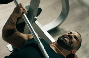 Apple Music-video: Drake bewijst dat je geen Taylor Swift moet luisteren in de sportschool