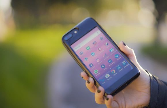 In deze iPhone-case zit een volledige Android-smartphone verwerkt