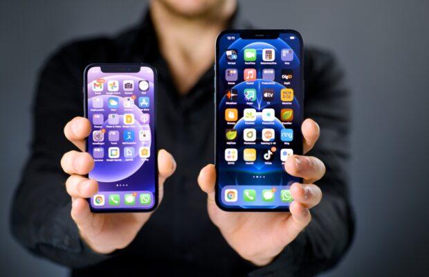 iPhone 12 mini (L) en iPhone 12 Pro Max (R)
