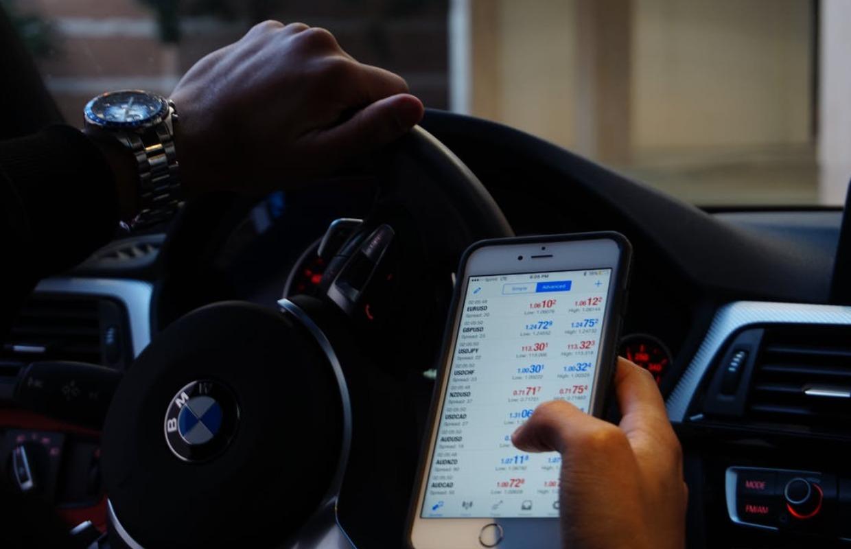 Recordaantal boetes voor telefoongebruik achter het stuur in 2020