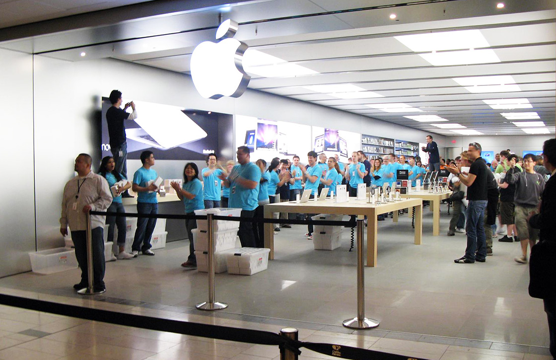 Apple legt iPhones los in de vernieuwde Apple Stores